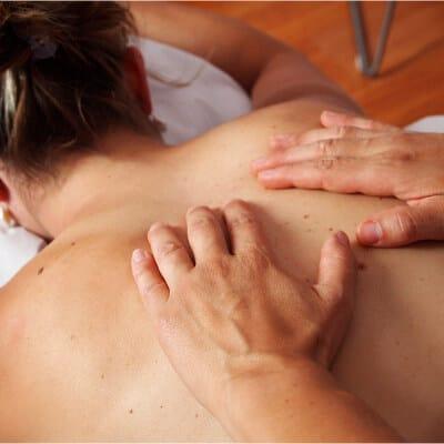 persona realizando un masaje en la espalda