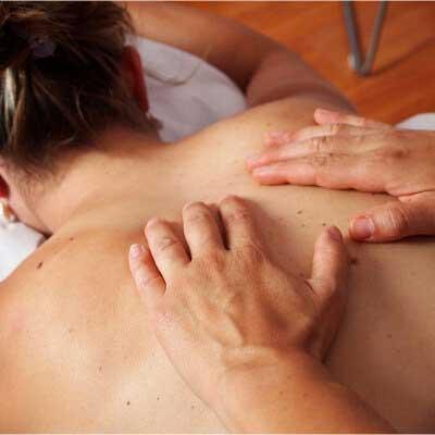 especialista realizando masaje de espalda