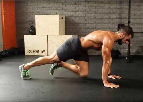 hombre entrenando en el suelo